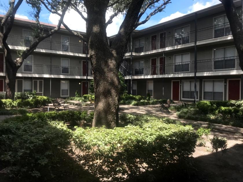 O condomínio tem blocos de três andares
