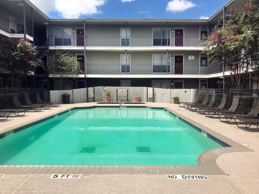 Uma das piscinas do condomínio