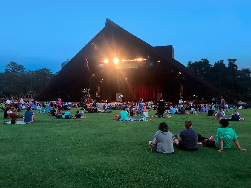 A plateia pode ficar no gramado