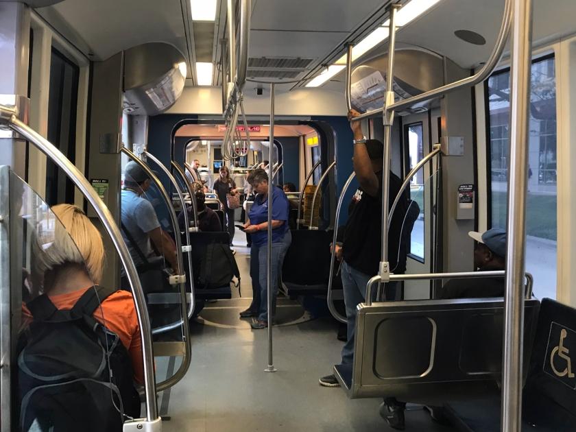 Andando no metrô de superfície