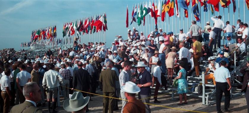 Público se juntando para acompanhar o evento
