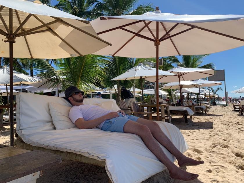 Relaxando na Praia do Mucugê
