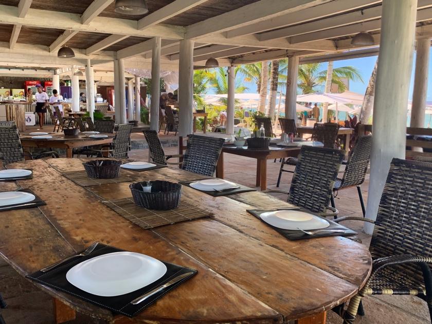 Ambiente coberto com mesas de almoço