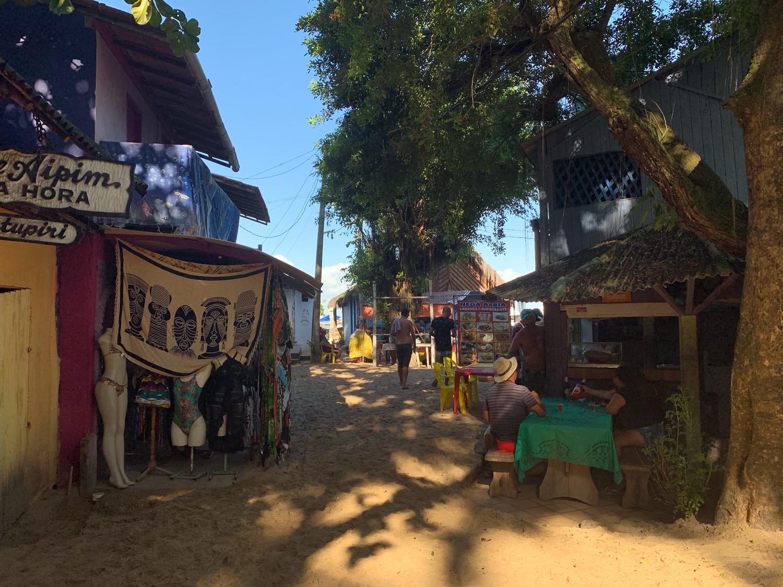 Muitas lojinhas no acesso à praia