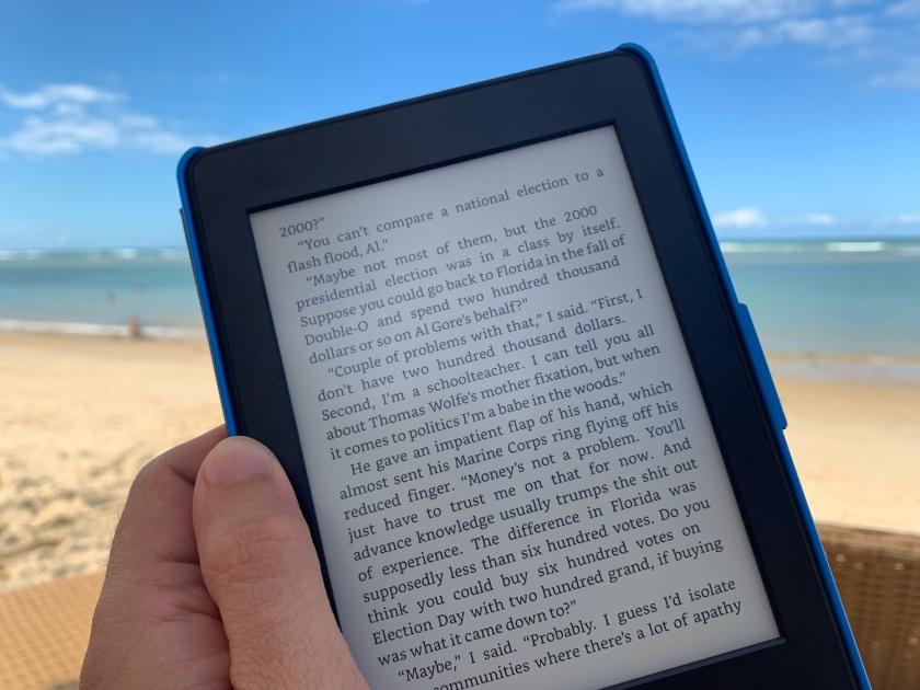 Lendo um livro no Kindle