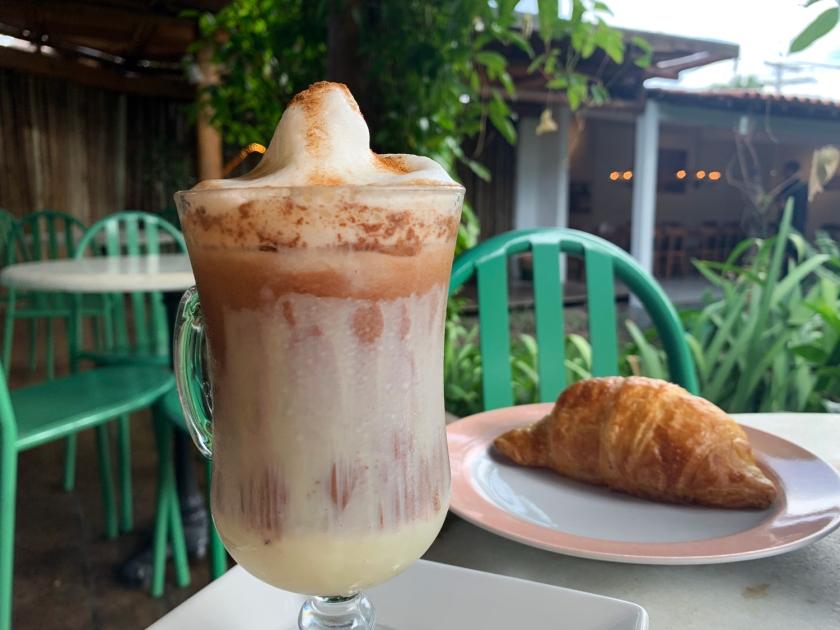 Cappuccino frio e croissant