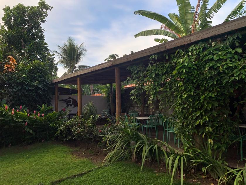 Mesas no jardim