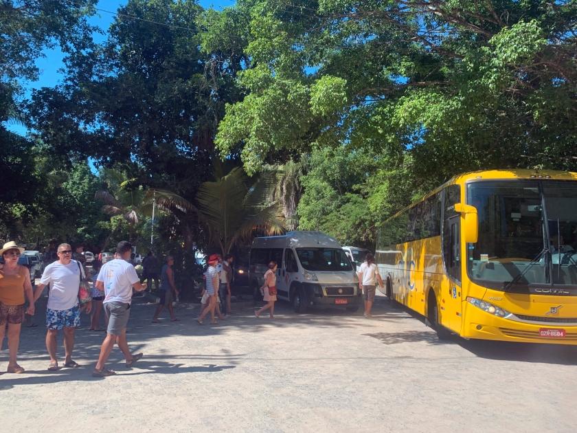 Estacionamento de ônibus, vans, carros e motos