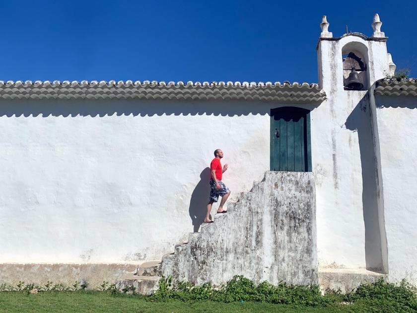 Escada na lateral da igreja