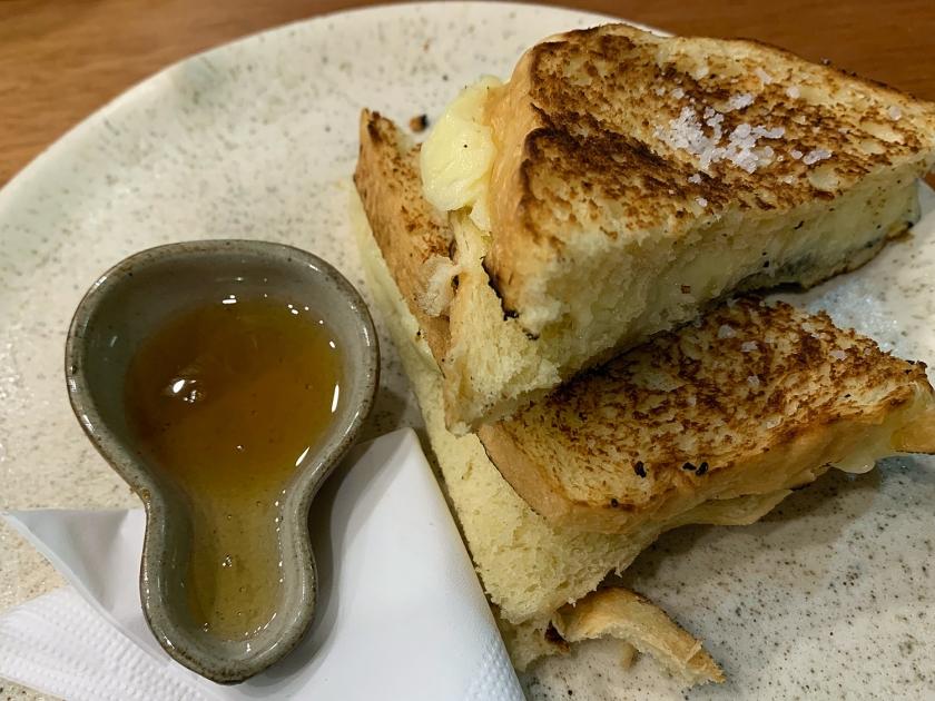 Queijo quente de brioche com requeijão de raspa e mel