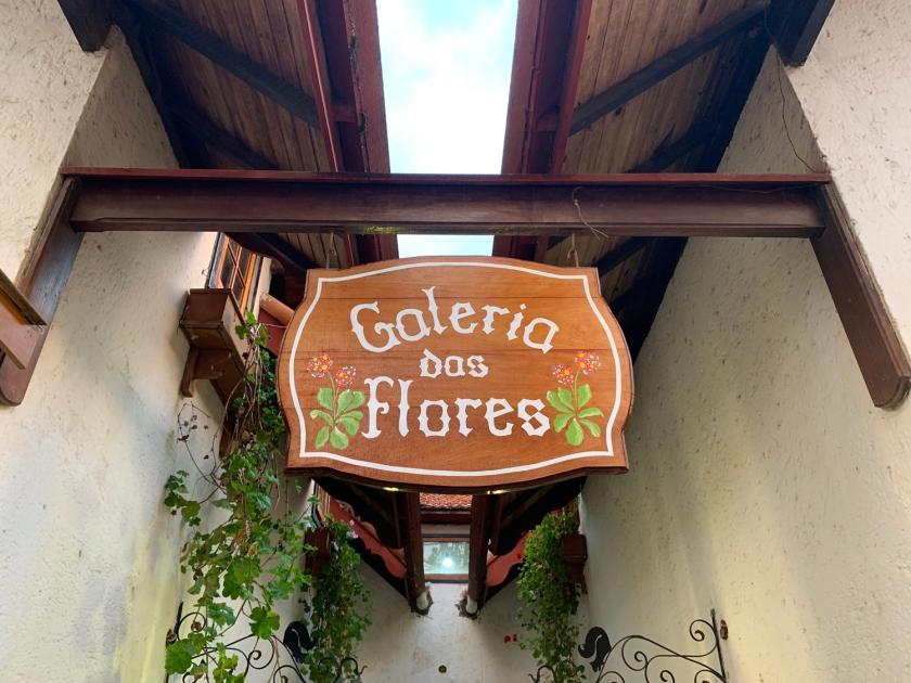 O café fica nos fundos da Galeria das Flores