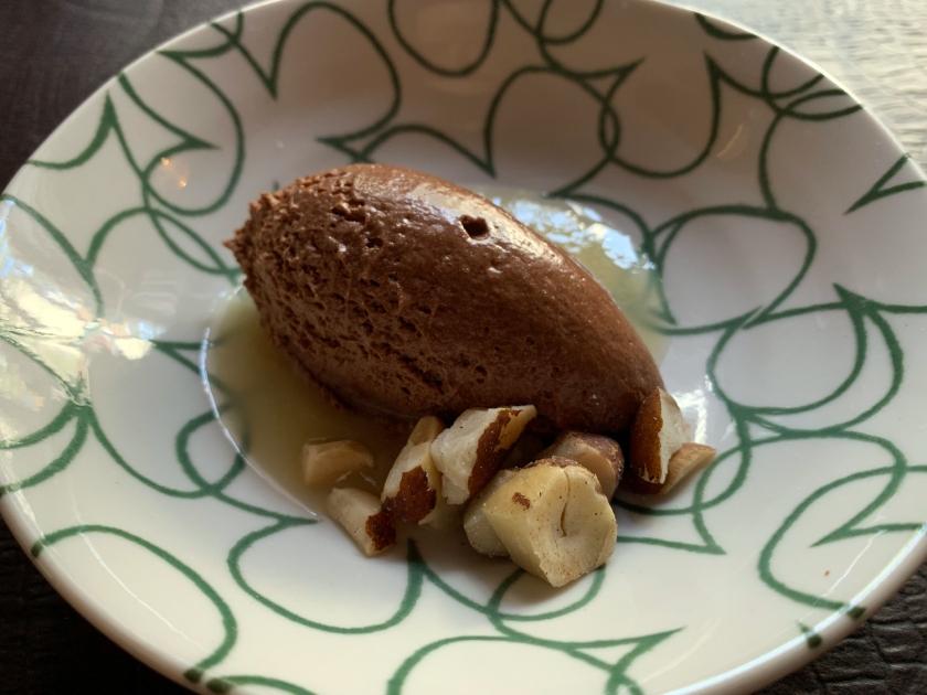 Mousse de chocolate preto com calda de cupuaçu