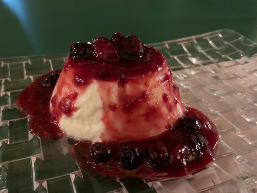 Panna cotta com calda de frutas vermelhas
