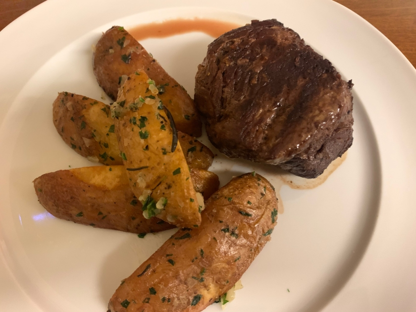 Filé mignon grelhado com batatas rústicas