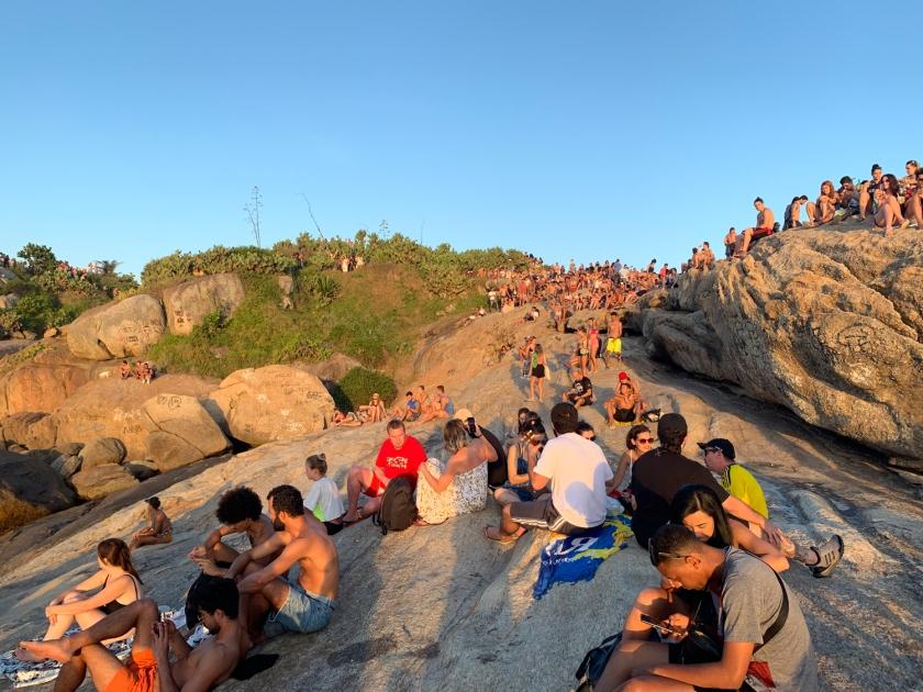 Pessoas esperando pelo pôr do sol