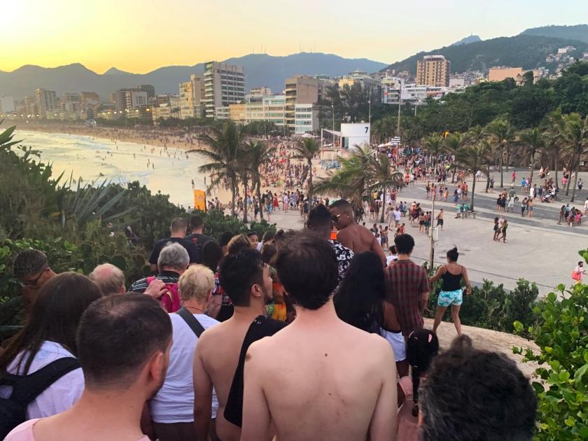 Multidão saindo da Pedra do Arpoador