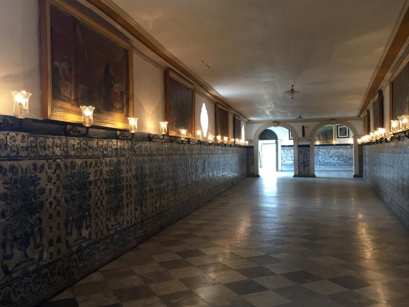 Corredor com decoração de azulejos