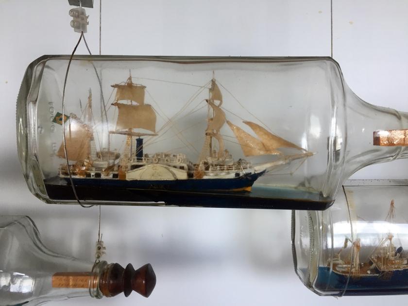 Miniaturas de barcos em garrafas de vidro