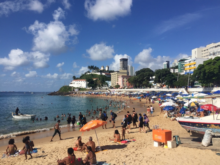 Moradores e turistas lotam a praia