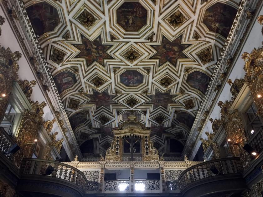 Pinturas no teto e coro