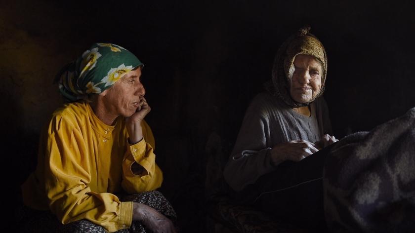 Hatidže Muratova cuida da mãe idosa