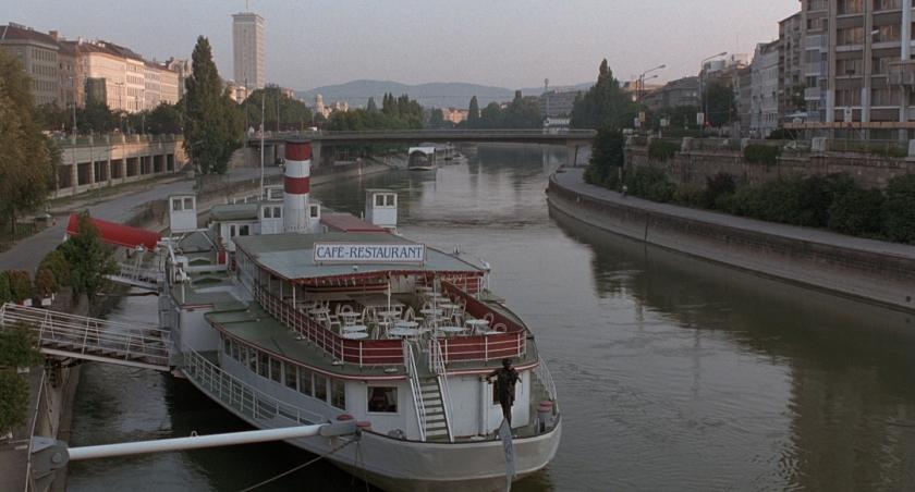 Barco com café e restaurante