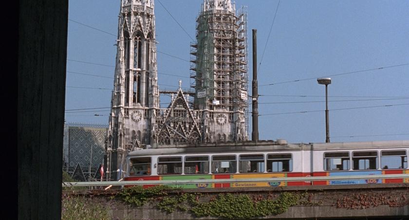 Tram passando em frente da Votivkirche