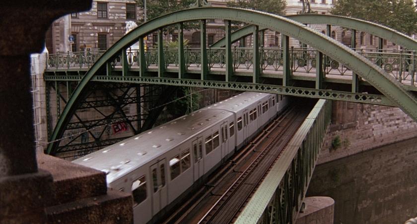 Metrô passando entre o rio e a Zollamtsbrücke