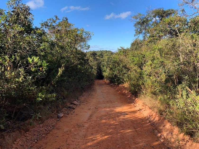 Caminho pela estrada de terra