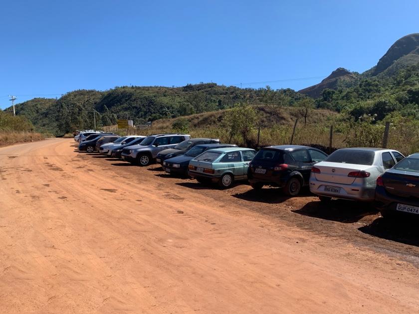 Carros estacionamentos no encostamento