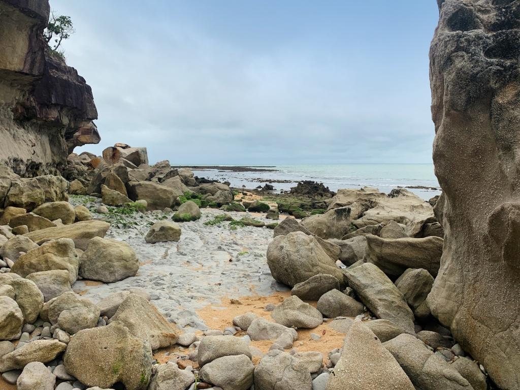 Pedras caídas das falésias