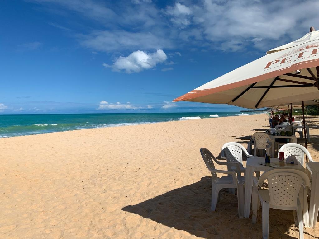 A praia é paradisíaca