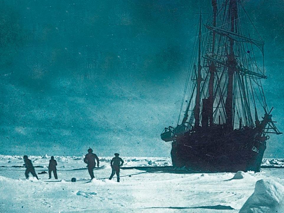Barco preso no gelo