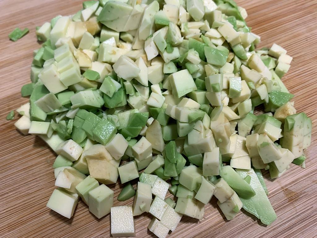 Abacate cortado em cubos pequenos