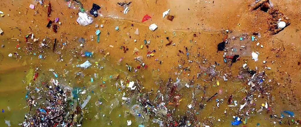 Praia tomada pelo lixo